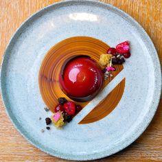 "2,645 Me gusta, 13 comentarios - Pastry Elite™ (@pastryelite) en Instagram: ""Tape always comes in handy. Manjari, strawberry, lime plated dessert by @yusuke.1019"""