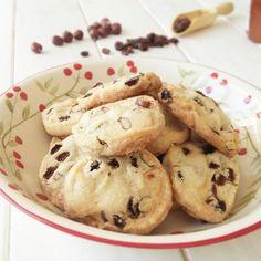 Este fin de semana saqué un ratín para hacer unas galletas, que no sé el tiempo que hacía que no nos poníamos a ello. No quería hacer las de siempre, así que anduve mirando algunos de mis libros de co