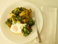 Brocoli con patatas y huevos al estilo Sevilla