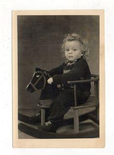 SW Foto Vintage Photo Kleines Mädchen im Schaukelpferd in Antiquitäten & Kunst, Fotografie & Fotokunst, 1940-1970   eBay