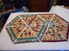 60 degree border fabric to make a sweet table runner. Table Runner And Placemats, Table Runner Pattern, Quilted Table Runners, Small Quilts, Mini Quilts, Quilting Tutorials, Quilting Projects, Paper Piecing, Place Mats Quilted