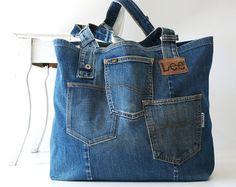 Einzigartige handgefertigte recycelten Jeans Patchwork Tasche! Diese Tasche besteht aus viele mittlere und dunkle blaue Jeans Teile mit original Details wie eine Tasche und Nieten.  Diese Jeans-Tasche ist perfekt für den täglichen Gebrauch, es ist groß genug für Ihre Bücher, Laptop oder Einkaufen, aber nicht zu groß! Im Inneren befindet sich eine große Tasche für Schlüssel, Geldbörse und Sonnenbrillen.  Für die Auskleidung eines gebrauchten eine aus 100 % Baumwolle mit einem kleinen Bleu…