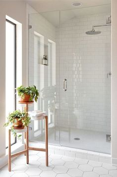40 Modern Bathroom Tile Designs and Trends 40 moderne Badezimmerfliesen Designs und Trends Modern White Bathroom, Modern Bathroom Design, Bathroom Interior Design, Bathroom Grey, Bath Design, White Subway Tile Bathroom, Bathroom Mirrors, Bathroom Small, Minimal Bathroom