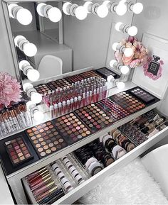 How to Organize & Display Makeup in Cool Ways, makeup organization,makeup vanity,makeup storage organization small spaces Makeup Beauty Room, Makeup Room Decor, Makeup Rooms, Hair Beauty, Diy Makeup Vanity, Makeup Desk, Makeup Vanities, Makeup Glowy, Makeup Salon