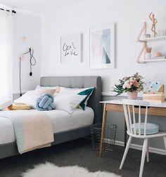 Um quarto bem charmosinho! Comfy mood for Sunday! {Via Tarina Lyell} #architecture #decoração #design #decor inspiração para decoração de quarto!