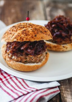 Chicken burger with mushrooms & caramelized red onions - Trois fois par jour Burger Mania, Burger Co, Burger Recipes, Snack Recipes, Snacks, Cheeseburger, Fast Food, Cooking On The Grill, Bbq