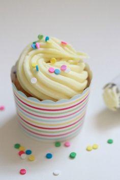 Carnival cupcake cups & how to make a cupcake swirl on @Matt Valk Chuah TomKat Studio