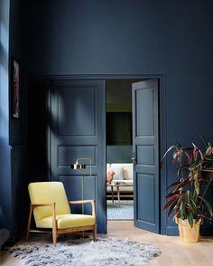 Bom dia! O nosso #décordodia de hoje, criado pela Farrow&Ball (@farrowandball), mostra como um hall de entrada azul escuro pode ser sofisticado. Já pensou em investir na mesma cor para a parede e para porta? Fica a dica! #décor #decoração #casavogue