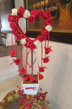 Linda e diferente forma de decorar sua festa!!!  Guirlanda de coração com rosas vermelhas e champagne envolto de fita vermelha e com móbiles de rosas pendurados envoltos da quirlanda! com fita de organza e lacinhos, acabamento perfeito e delicado!  Coração com total de 30 rosas, vaso branco MDF 15x15 musgos e acbo de tronco seco desidratado! originalidade para seu arranjo!  ARRASE em seu evento!  Guirlnada dipsonível nas cores: amarelo, rosa-bebê,lilás,roxo, pink, champagne, laranja…