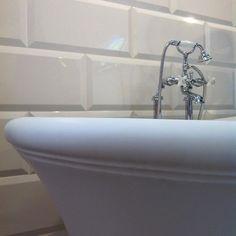 Ванна Aurora Bijoux и душевая стойка White Rose от #DevonDevon на фоне знаменитых кирпичиков Pitti. Особенность этой ванной в шарообразных ножках, нарочито объемном канте и шелковистой поверхности. #smalta #smaltaitaliandesign #coffeeproject #coffeeandproject #interiordesign #design #сантехника #красивопрактично #стильнаяванная #amazing #comfort #bath #bestdesign #интерьер #плитка #ванная #дизайн #идеидлядома #дом #дача #дизайн_интерьера #ремонт #homeidea #luxe