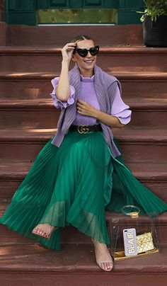 Blair Eadie of Atlantic-Pacific in a lilac Tibi top and green H&M skirt in NYC. Click through to shop all her favorite Tibi pieces! Green Skirt Outfits, Lila Outfits, Green Dress Outfit, Purple Outfits, Purple Skirt, Spring Outfits, Green Outfits For Women, Swag Dress, Outfit Summer