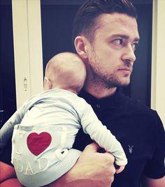 Der erste Vatertag für Justin Timberlake. Passend dazu hat sich Söhnchen Silas einen zuckersüßen Strampler angezogen.