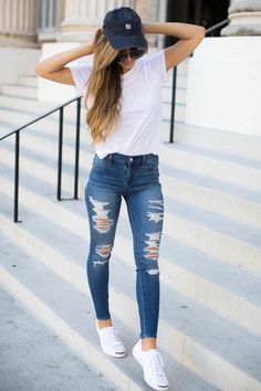 Find out The Darling Detail's recommendation for back-to-school comfy and casual wear, which includes a cool white t-shirt and destroyed denim. Casual College Outfits, Basic Outfits, Casual Summer Outfits, Teen Fashion Outfits, Everyday Outfits, Look Fashion, Stylish Outfits, Spring Outfits, Women Casual Outfits