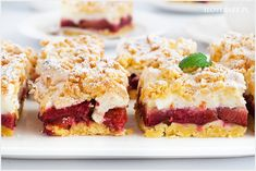 Kruche ciasto ze śliwkami i bezą to doskonały pomysł na wykorzystanie śliwek w sezonie. Słodziutkie, kruche i do tego lekko kwaśne śliwki. Przepyszne i proste ciasto. Pie Dessert, Dessert Recipes, Polish Recipes, Pumpkin Cheesecake, Sweet Tooth, Food And Drink, Cooking Recipes, Favorite Recipes, Sweets