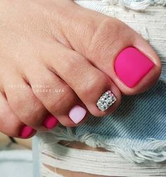 The advantage of the gel is that it allows you to enjoy your French manicure for a long time. There are four different ways to make a French manicure on gel nails. Pink Toe Nails, Neon Pink Nails, Pretty Toe Nails, Toe Nail Color, Cute Toe Nails, Summer Toe Nails, Feet Nails, Pedicure Nails, Toe Nail Art