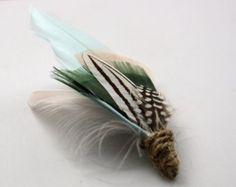 Un encantador ramo nítido, el solsticio de otoño es la pieza perfecta para una caída o una boda de invierno. Es hecho a mano en Canadá de una pluma de ganso gris exuberante, un abigarrado penacho blanco y plateado y una pluma de cola champagne contrastantes, atado con hilo rústico y una hoja de latón envejecido.  Hecho complementar nuestra serie ATHENA de stefana, joyas, tocados y tocados, que se muestra a continuación: http://www.etsy.com/shop/pompandplumage?section_id=6641853  Este ramo se…