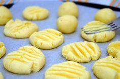 Os Biscoitinhos de Queijo Parmesão são super fáceis de fazer e ficam deliciosos. Você pode fazer como petisco para seus amigos e familiares ou vender em dú