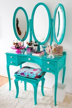 Penteadeira...Awesome IF the mirrors are close enough, the table shallow enough, to be close enough to the mirror to see makeup application.