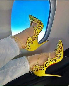 Yellow pumps and sexy feet Pretty Shoes, Beautiful Shoes, Pumps Heels, Stiletto Heels, Heeled Boots, Shoe Boots, Hot High Heels, Cross Training Shoes, Hot Shoes