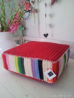 Lugar para sentar tipo futon feito de crochê.