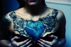 women chest tattoo heart and roses Side Tattoos, Forearm Tattoos, Body Art Tattoos, Cool Tattoos, Awesome Tattoos, Tatoos, Chest Tattoo Heart, Tattoo Studio, Party Tattoos