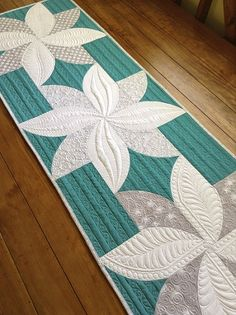 Poinsetta Table Runner using the Quick Curve Ruler