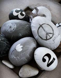 Easter In Scandinavian Style: 45 Natural Ideas | DigsDigs chuuuu, talvez podemos decorar con piedras pintadas! :)