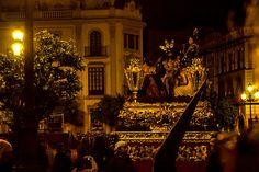 Hablando del tsechu de Paro, comentábamos que esa manera de vivir las celebraciones en Occidente se había perdido salvo en contadas ocasiones. Una de estas ocasiones es la Semana Santa. Y, entre las muchas famosas en España, la Semana Santa de Sevilla tiene un carácter especial. Uno de esos lugares