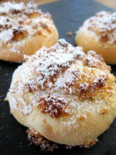 himmlisches wattig, weiches Milchbrötchen mit einer Kruste aus Kokos und Puderzucker