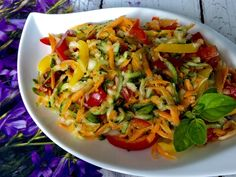 Surówka z cukinii - do obiadu - Blog z apetytem Side Salad, Food Design, Cabbage, Salads, Food And Drink, Menu, Chicken, Vegetables, Cooking