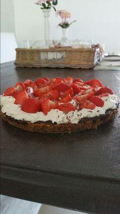 Chocolade koek taart met aardbeien en slagroom. Home made