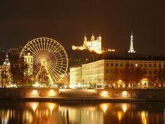 Vue de la basilique de Fourvière et la Grande Roue depuis les quais du rhône à Lyon pour la fête des lumières le 8 décembre 2011