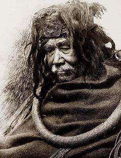 Vieil homme indien Hamatsa de la tribu des Nakoaktok, portant une boucle en racine de cedre, c. 1910, photo Edward S. Curtis