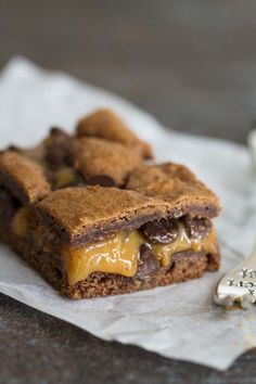 A simple classic, these Caramel Brownies are a gooey, delicious way to make brownies from a cake mix. They only take a few ingredients and everyone loves them! Blondie Cake, Blondie Brownies, Caramel Brownies, Fudge Brownies, Brownie Bar, Brownie Cookies, Bar Cookies, Cookie Bars, Köstliche Desserts