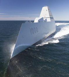 大西洋上で行われた米海軍の受領試験で、高速航行するミサイル駆逐艦ズムウォルト(米海軍提供)。斜め前方から見ると、レーダ…