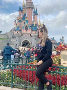 No hay nada más espectacular que volver a la niñez, si visitas París, debes ir a Disneyland Paris. Un lugar hermoso, lleno de magia para grandes y chicos, el mejor plan: ir en familia y disfrutar de las atracciones. Disneyland Paris, Beautiful Places, Magick, Guys, Viajes