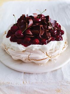 Informal supper , dinner party , posh coffeetime or Sunday lunch dessert Ricardo's recipe: Black Forest Pavlova Meringue Desserts, Just Desserts, Delicious Desserts, Yummy Food, Meringue Food, Trifle Desserts, Holiday Desserts, Baking Recipes, Cake Recipes