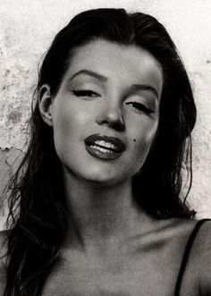 Marilyn Monroe-face on Kate Moss-head. Looks super hot as a brunette thou.