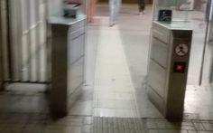 #RomaLido: Stazione di Lido Centro, una festa per i portoghesi Lunedì mattina, Mauro va nella stazione di Lido Centro come ogni mattina e, come da qualche mattina a questa parte trova i tornelli aperti. Senza fare conti da sabato mattina a lunedì mattina nessuno #atac #trasportopubblico