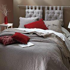 Cabecero de cama con barra de cortina y cojines con cintas