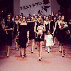 """Los diseñadores Dolce & Gabbanahan presentado hoy en la Semana de la Moda de Milán una colección dedicada a la """"Mamma"""" italiana, inspirada en los años sesenta, con bordados con frases de amor a la madre y garabatos infantiles #lasMamisestamosdemoda"""
