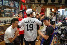 【大阪店】 2014年5月4日 愛知県豊田市からご旅行で着てくださいました! 一気にお店が明るくなりました!^^またグッズ見に来てくださいね! あ、奥の方の顔に手が被っちゃってますね。。写真撮るのヘタクソですいません。。笑  #mlb