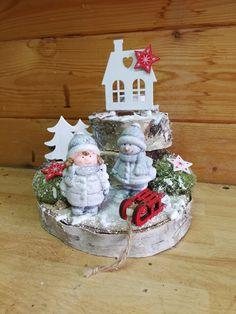 zimní+radovánky+zímní+dekorace+na+březových+polínkách+s+kovovým+domečkem+na+čajovou+svíčku,+keramickými+figurkami,+doplněno+mechem,+lišejníkem,+šiškami+a+vánočními+dekoracemi