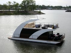 Pontoon Houseboat, Houseboat Living, Pontoon Boat, House Yacht, Tiny Boat, Beach Cafe, Boat Projects, Water House, Floating House