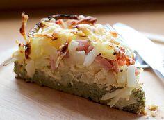 Low Carb Ziebelkuchen mit fein nussigem Aroma. Der Teig für den Boden besteht aus teilentöltem Kürbiskernmehl. Schmeckt wunderbar mit Salat als Beilage.