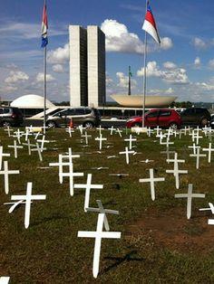 Grupo põe 5 mil cruzes contra mudança na Lei dos Caminhoneiros (Luiza Facchina/G1)