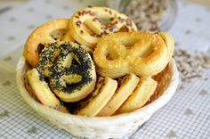 Covrigei de casa Facebook Recipe, Onion Rings, Food And Drink, Bread, Ethnic Recipes, Kitchen, Traditional, Basket, Deserts