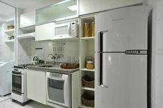 Armários brancos são ótimos para cozinhas pequenas, pois dão a sensação de ampliá-las. Eletrodomésticos da linha branca além de dar a mesma sensação, são também mais baratos devido a redução de IPI http://ow.ly/bvrFr