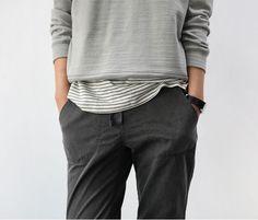 Pantalon noir et pull gris