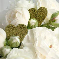 Diese Herzstecker aus Moos geben der Blumendeko zur Hochzeit den letzten Schliff
